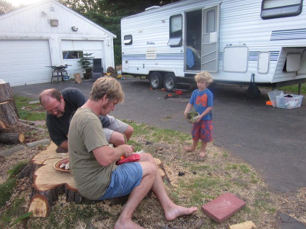 Tom, Dale en Hollis maken oesters open.